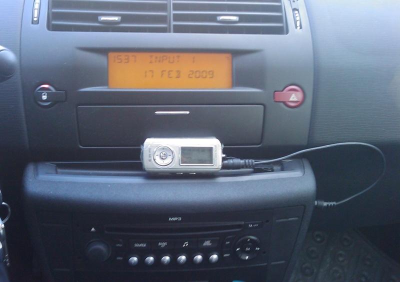 Displej typu A s aktivovaným vstupem AUX a připojeným MP3 přehrávačem