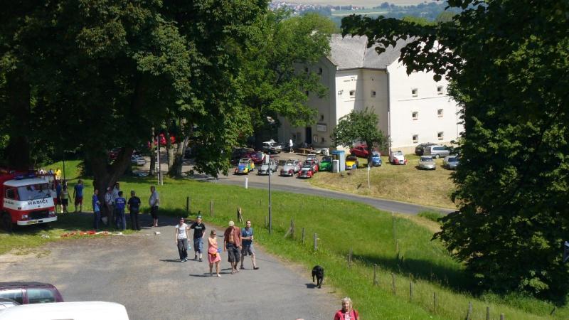 pohled na parkoviště z hradu...